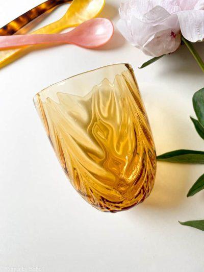 wawe i mørk amber, olive glas, bambus glas, anna von lipa mix & match, swil glas, wawe glas, harlekin glas, tumbler, vand glas, drikkeglas, drinking glass, farvet glas, boliginteriør, borddækning, glas fra anna von lipa, anna von lipa forhandler, remix by sofie