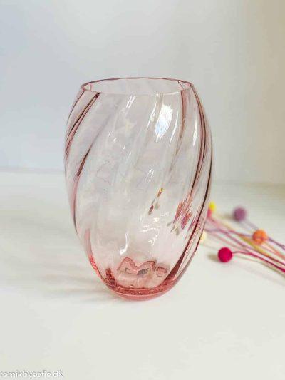 Anna von Lipa har lavet endnu smuk mundblæst swirl vase til samlingen. Oslo vasen er lidt smallere i modellen end den populære Dahlia swirl vase. Den er smuk udformet og den bløde kant foroven får blomsterne til at stå flot i vasen.