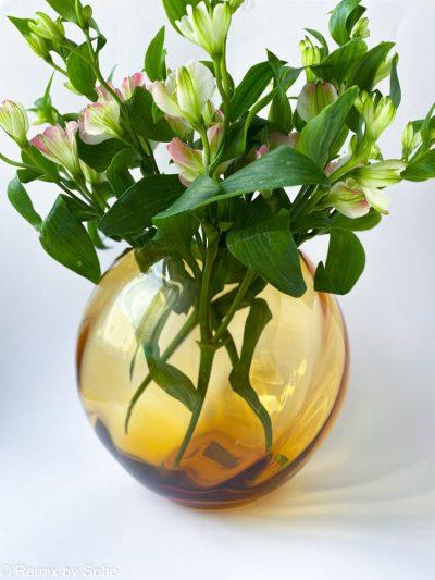 swirl vase i mørk amber, 18 cm, anna von Lipa glas, Anna von Lipa forhandler, anna von lipa kugle vase, mundblæst vase, vase anna von lipa, kuglevase, rund vase, blomster vase, tulipanvase, boliginteriør, remix by sofie, runde vaser, swirlvase, twisted glass