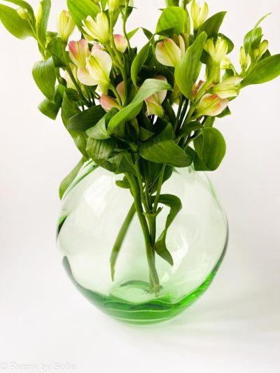 swirl vase i lysegrøn, 18 cm, anna von Lipa glas, Anna von Lipa forhandler, anna von lipa kugle vase, mundblæst vase, vase anna von lipa, kuglevase, rund vase, blomster vase, tulipanvase, boliginteriør, remix by sofie, runde vaser, swirlvase, twisted glass