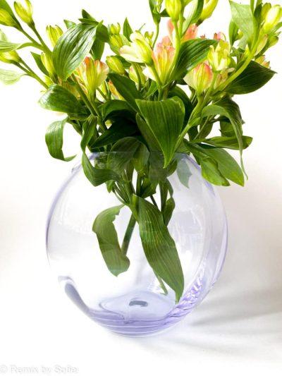 swirl vase i syren lilla alexandrit, 18 cm, anna von Lipa glas, Anna von Lipa forhandler, anna von lipa kugle vase, mundblæst vase, vase anna von lipa, kuglevase, rund vase, blomster vase, tulipanvase, boliginteriør, remix by sofie, runde vaser, swirlvase, twisted glass