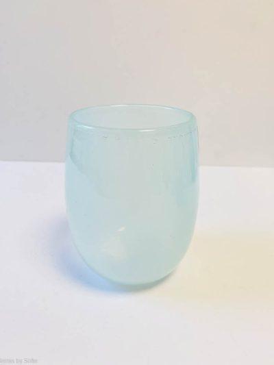 For Anne Flohr er det, at være glaspuster ikke bare et håndværk, men det er en stor del af Hendes personlighed. For at kunne skabe glas, som hun gør, skal man have øje for detaljen, have håndelaget og det har hun. Man skal bruge sine veludviklede sanser og man skal være i stand til at kunne gennemtænke arbejdsprocessen fra A-Z før man går i gang. Alt dette krydrer hun med skønne farver og former, hvor fantasien blandes med ønsket om at skabe noget, som også er funktionelt. Hun kan sit håndværk og er en fantastisk glaspuster/glasdesigner. Det færdige produkt er kvalitetsglas i rustikt tidløst design. Hun har venligst udlånt billederne med alle farverne.