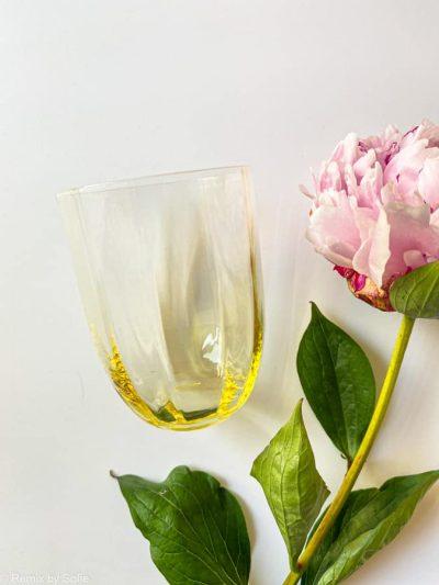 Straight i gul, bambus glas, olive glas, bambus glas, anna von lipa mix & match, swil glas, wawe glas, harlekin glas, tumbler, vand glas, drikkeglas, drinking glass, farvet glas, boliginteriør, borddækning, glas fra anna von lipa, anna von lipa forhandler, remix by sofie