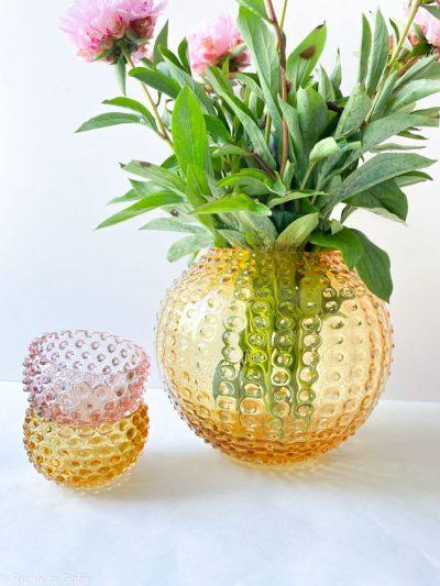 pindsvine vase 24 cm lys amber, anna von lipa vase, vase i pindsvine glas, mundblæst glas, hobnail glass, bohemian glass, remix by sofie