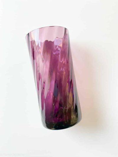 Dette anderledes mundblæste glas er perfekt til sjusser, drinks, limonade eller bare et skønt vandglas. Sofia laves i mange forskellige farver og optikker. Det er kommet i olive, swirl og harlekin. Mix dem med London glasset.