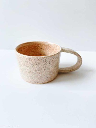 sandfarvet kop, brun kop, remix by sofie, kraki ceramics, kop, stentøjskop, kaffe kop, kaffe kop, hånddrejet kop,