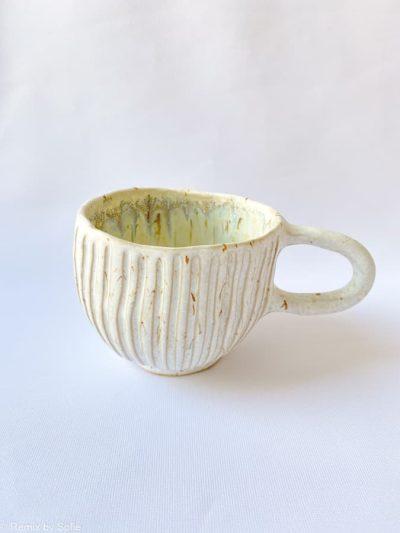 Hygge kop smaller riller hvid, kop i hvid glasur, keramik kop, ceramic cups, yellow kop, remix by sofie, mia lindbirk