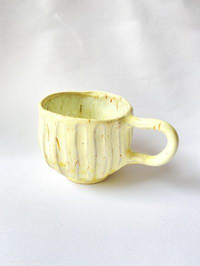 Hygge kop brede riller lysegul, kop i lysegul, keramik kop, ceramic cups, yellow kop, remix by sofiemia lindbirk