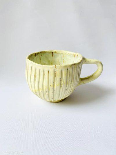 Hygge kop brede riller lysegul, kop i lysegul, keramik kop, ceramic cups, yellow kop, remix by sofie, mia lindbirk