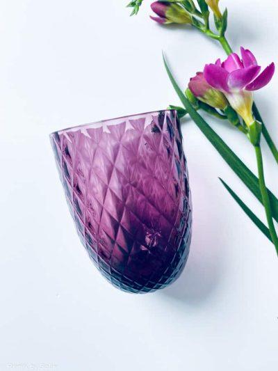 harlekin glas i mørk violet, anna von lipa mix & match, swirl glas, wawe glas, harlekin glas, tumbler, vand glas, drikkeglas, drinking glass, anna von lipa glas, remix by sofie anna von lipa forhandler, handblown glas, mundblæst glas, farvede glas, drikkeglas anna von lipa