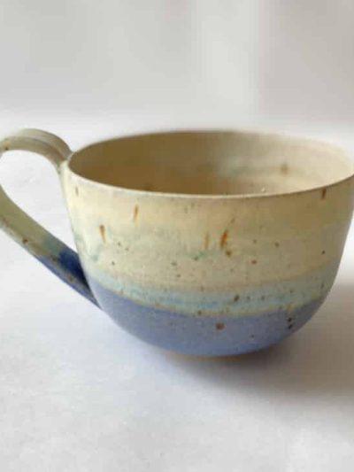 kop i blå glasur, sofie koppen, keramik kop, ibens keramik, stentøjs kop, bordækning, bedste koppeform, bordækning, ynglingskop, kop i pasteller, kop med splash, kop med løbeglasur,