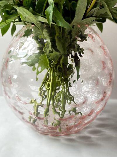 kuglevase 24 cm lyserød med olive mønster, mundvlæst vase, handblown vase